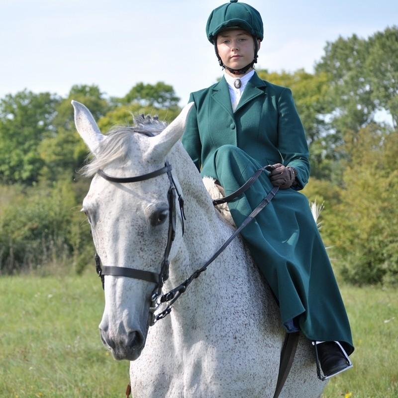 amazonka, strój do jazdy konnej w damskim siodle